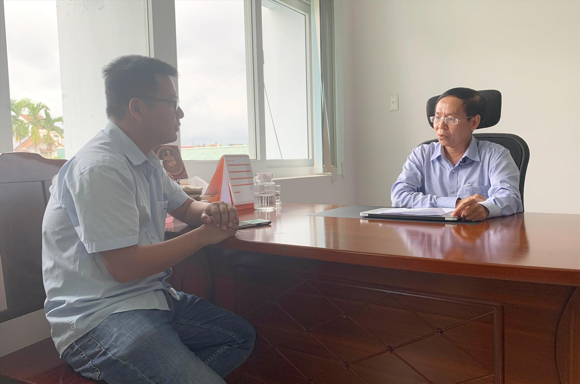 Phóng viên Báo Quảng Nam trao đổi với ông Nguyễn Văn Văn - Phó Giám đốc Sở Y tế tỉnh. Ảnh: PHAN VINH