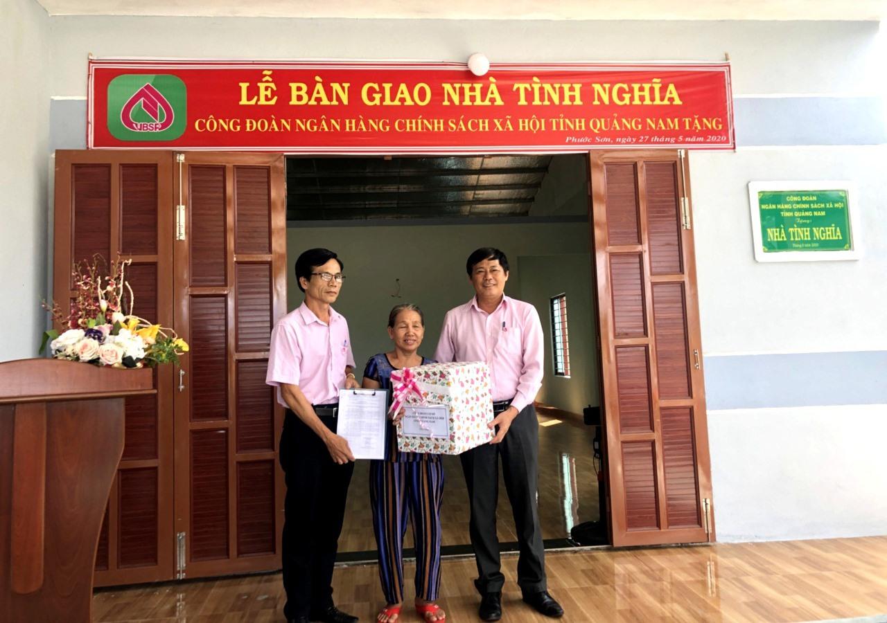 Ngân hàng Chính sách xã hội chi nhánh Quảng Nam bàn giao nhà tình nghĩa. Ảnh: VIỆT NGUYỄN