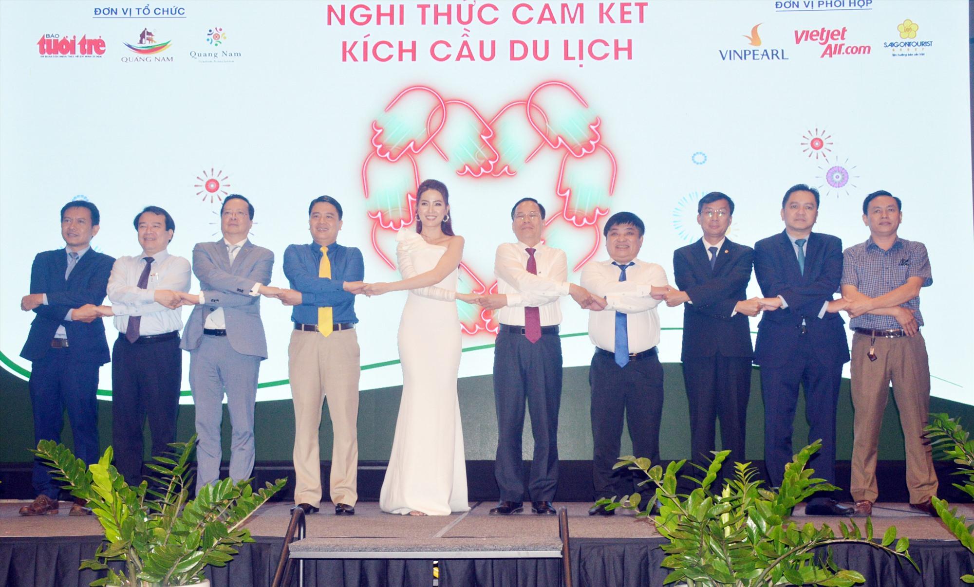 Nghi thức bắt tay cam kết kích cầu du lịch Quảng Nam tại diễn đàn du lịch ấn tượng Việt Nam. Ảnh: T.L