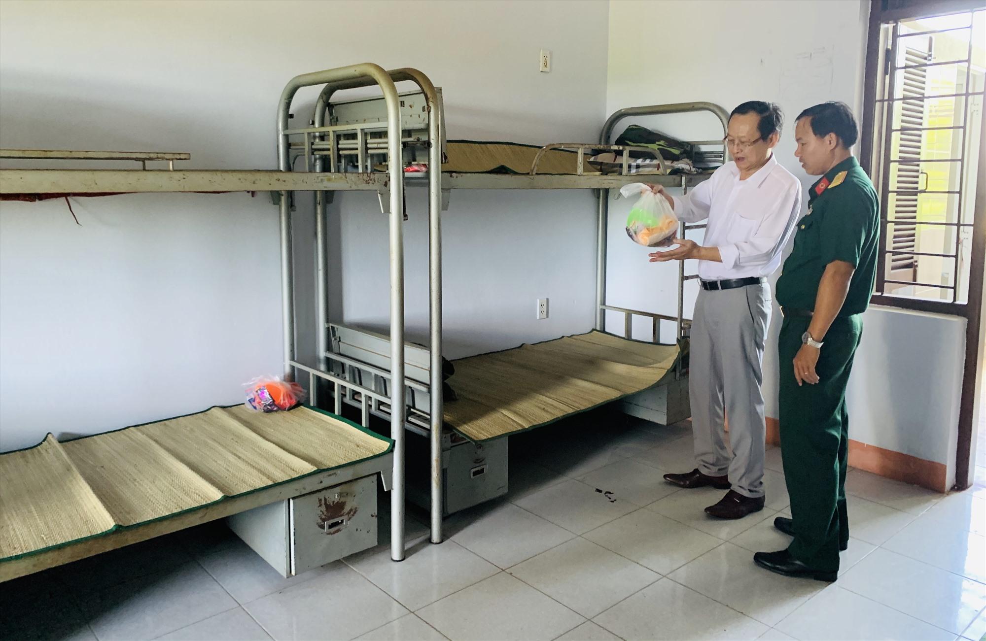 Đại diện Ban Chỉ đạo Covid-19 tỉnh đi kiếm tra lần cuối các phòng ở cho công dân về từ Đài Loan. Ảnh: PHAN VINH