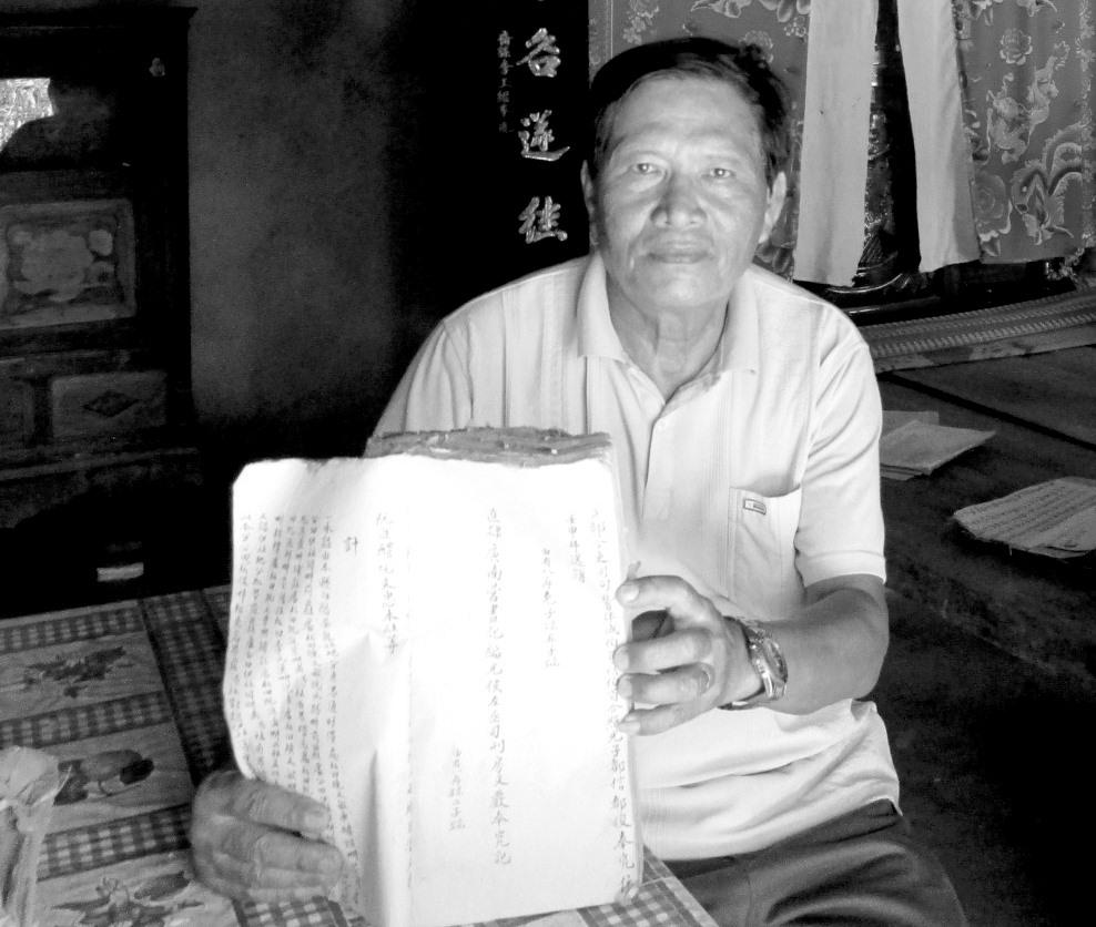 Thầy giáo Lý Sĩ Tiên giới thiệu cuốn Địa bạ Trà Long. Ảnh: PHÚ BÌNH