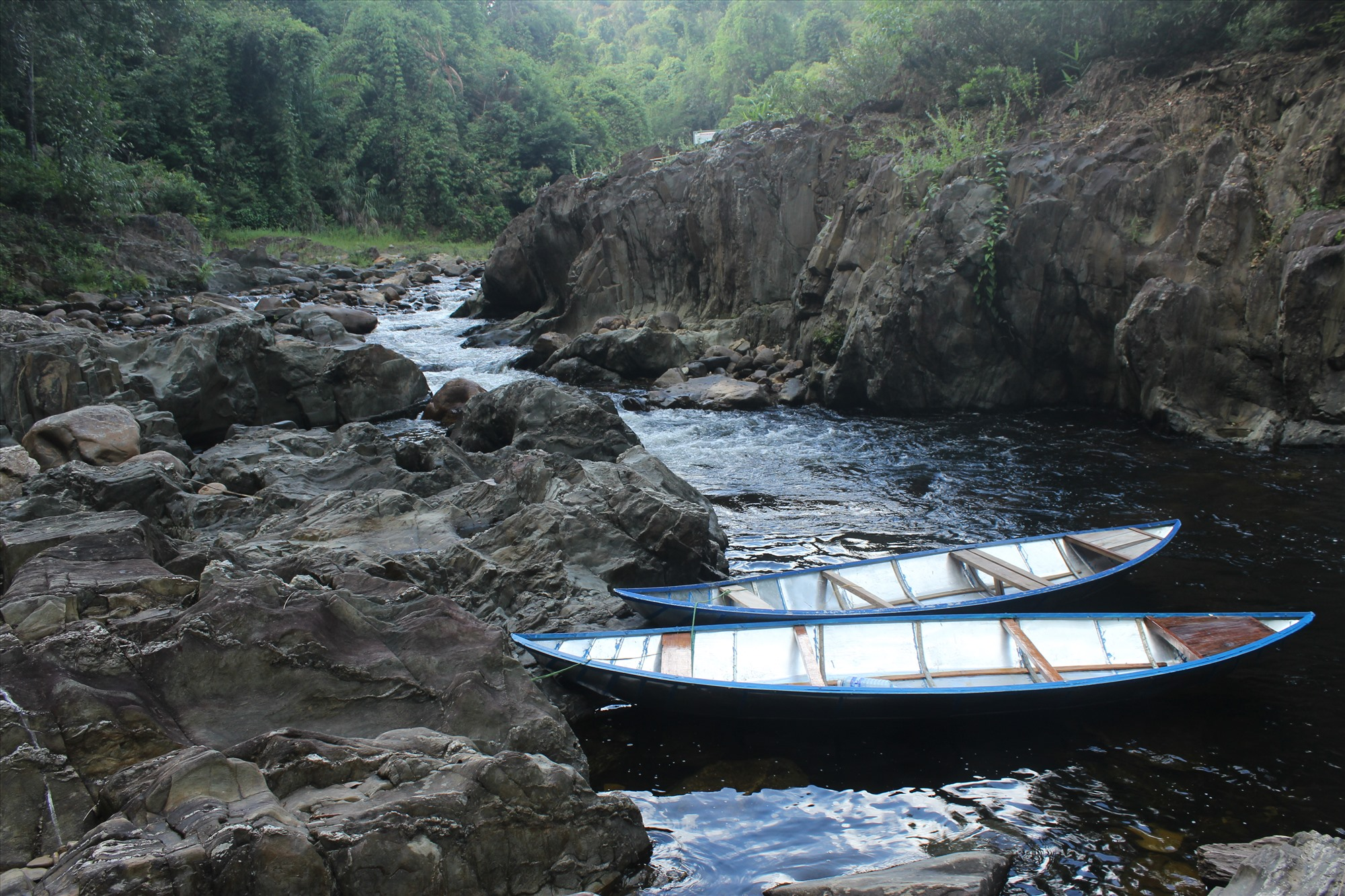 Con đường mưu sinh duy nhất của người dân làng Bút Tưa chỉ có chiếc ghe chèo tay hơn 2 giờ lênh đênh trên mặt hồ đưa họ đến được với rẫy nương. Ảnh: BHƠRIU QUÂN
