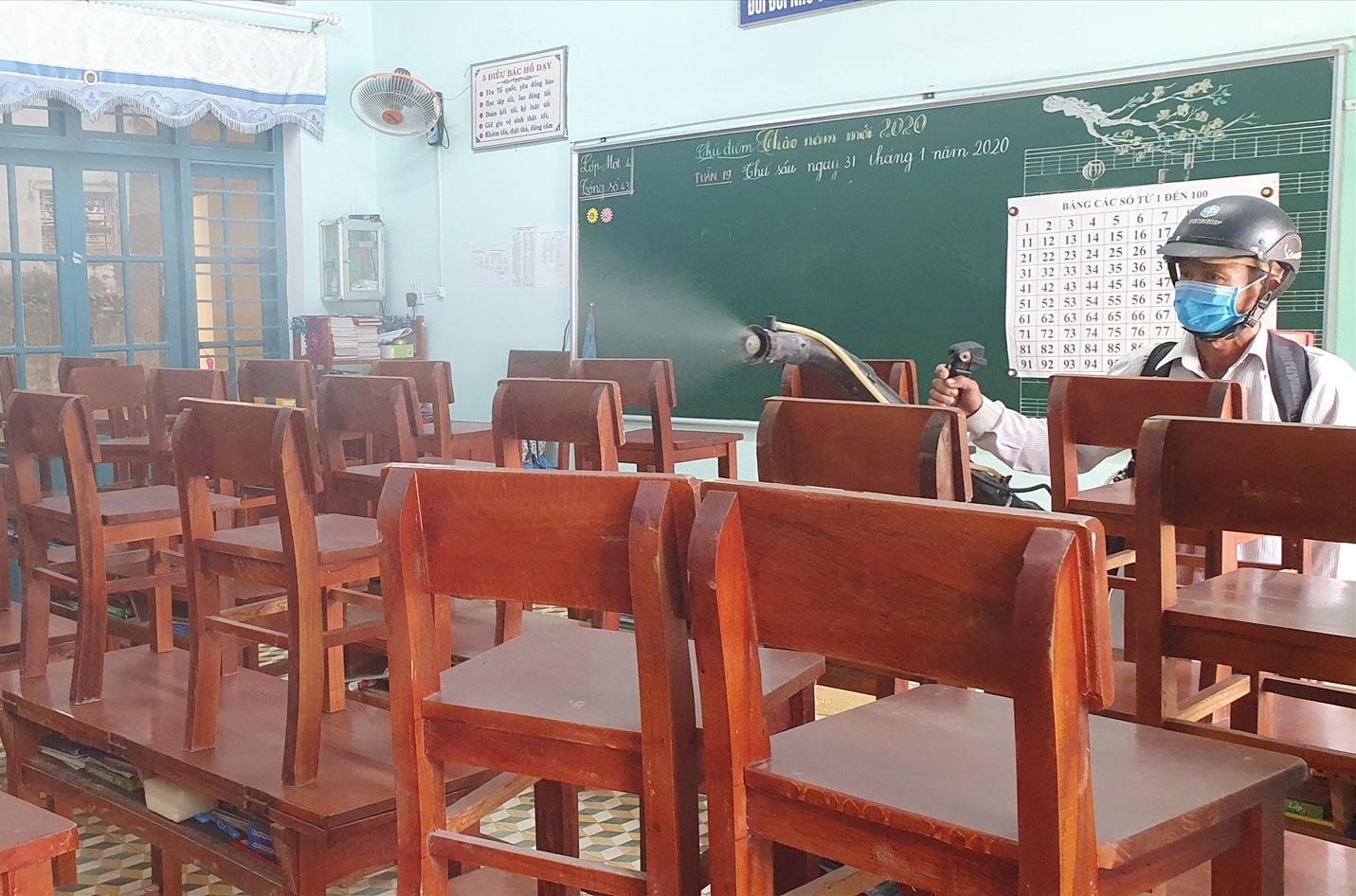Ngành y tế Tam Kỳ hoàn thành phun thuốc khử trùng trường học trong ngày 3.5. Ảnh: X.P