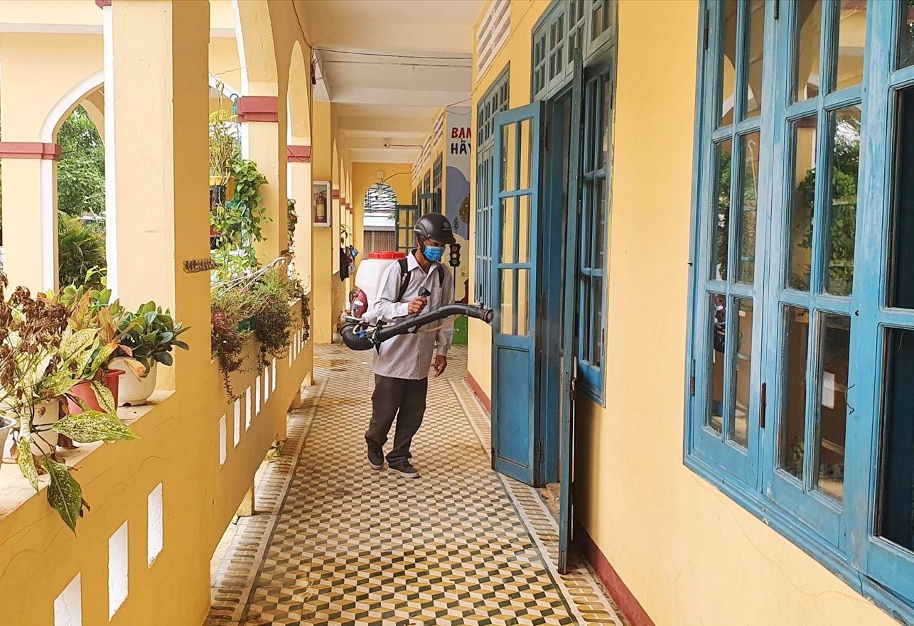 Theo quy định tất cả trường học phải được khử trùng trước khi mở cửa đón HS. Ảnh: X.P