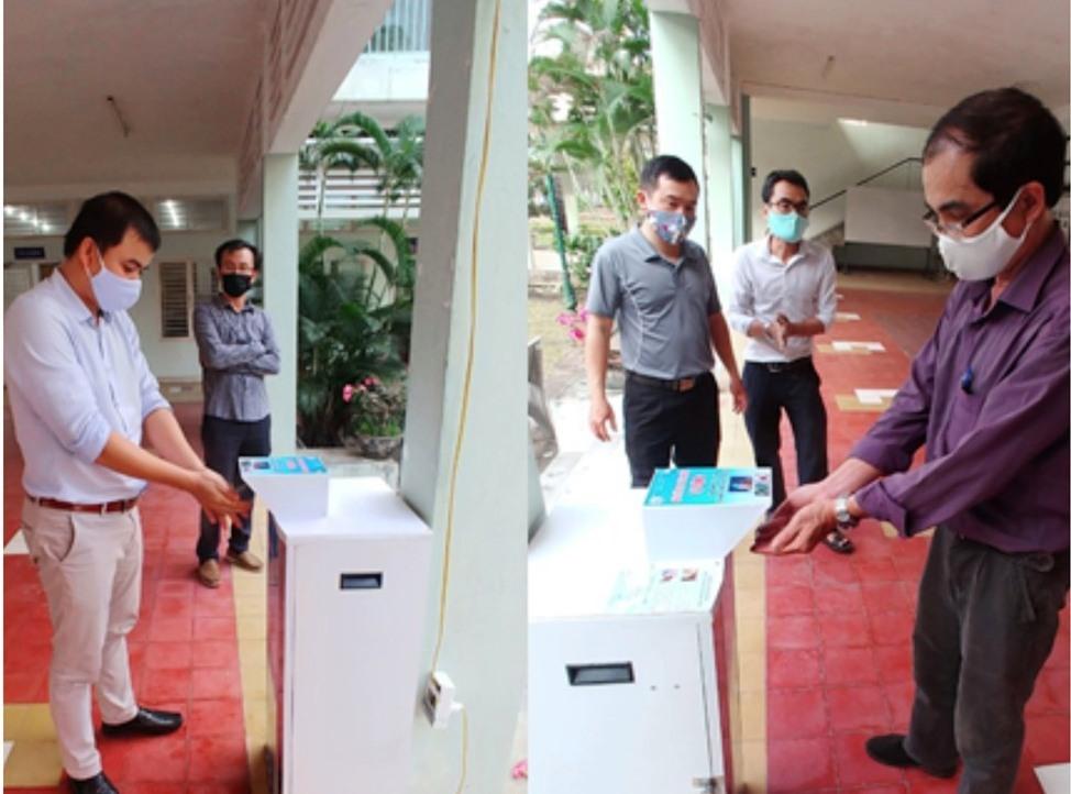 ĐH Đà Nẵng chuẩn bị chu đáo máy, nước rửa tay tư chế để sẵn sàng đón SV đi học trở lại từ 4.5.2020. Ảnh TC