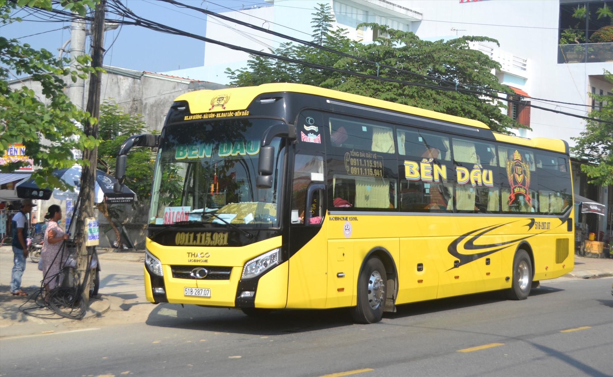 Xe vận tải khách liên tỉnh Quảng Nam-TP.Hồ Chí Minh đón khách đi TP.Hồ Chí Minh trưa nay 3.5. Ảnh: Ct