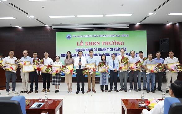 Lãnh đạo UBND TP Đà Nẵng trao bằng khen cho nhiều nhà khoa học của Trường ĐH Duy Tân .Ảnh XL
