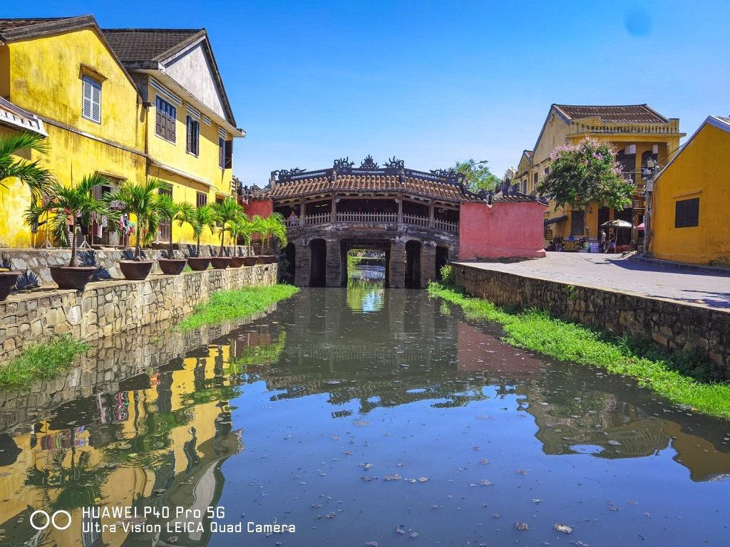 Japanese Bridge is a symbol of Hoi An. So, coming to this UNESCO's cultural heritage, visitors should contemplate this site. The bridge is also considered the soul of the city, carrying the local residents' spiritual values, hence Chùa Cầu (Bridge Pagoda) in local language. Photo: zingnews