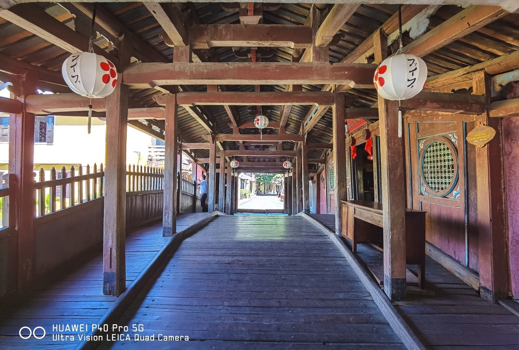 Japanese Bridge was built in the 17th century by the Japanese but in Vietnamese style. The bridge has its roof and two passages for travellers having a rest. There is a pagoda on it. Both the pagoda and the bridge are made of wood. Photo: zingnews