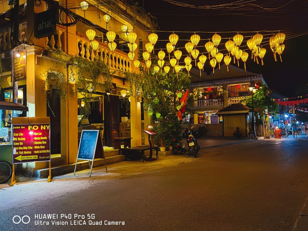Hoi An is also beautiful at night. After sunset, the city is brilliant with decorative colourful lanterns along the streets, flower garlands and coloured lanterns on the river.  Photo: zingnews