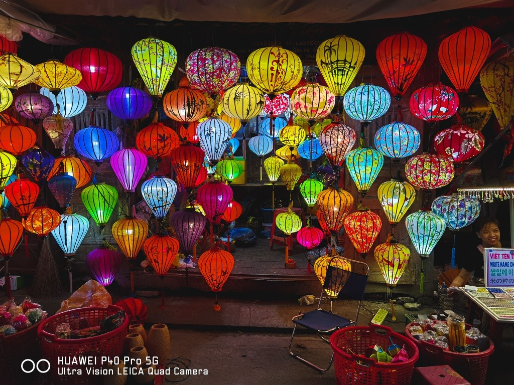 Hoi An decorative lanterns are made of bamboo and silk. Bamboo is used to make the frame which is covered by Ha Dong silk to make a complete lantern. It is also the reason for the brilliant colour of Hoi An lanterns. Photo: zingnews