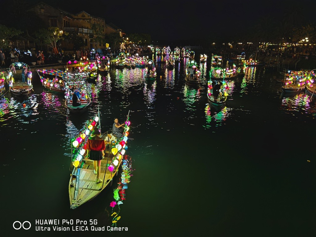 Visiting Hoi An, visitors should take part in travelling on the river to float flower garlands and coloured lanterns. Photo: zingnews