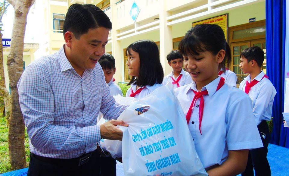 Phó Chủ tịch UBND tỉnh Trần Văn Tân tặng quà học sinh khó khăn ở Đông Giang. Ảnh: D.L