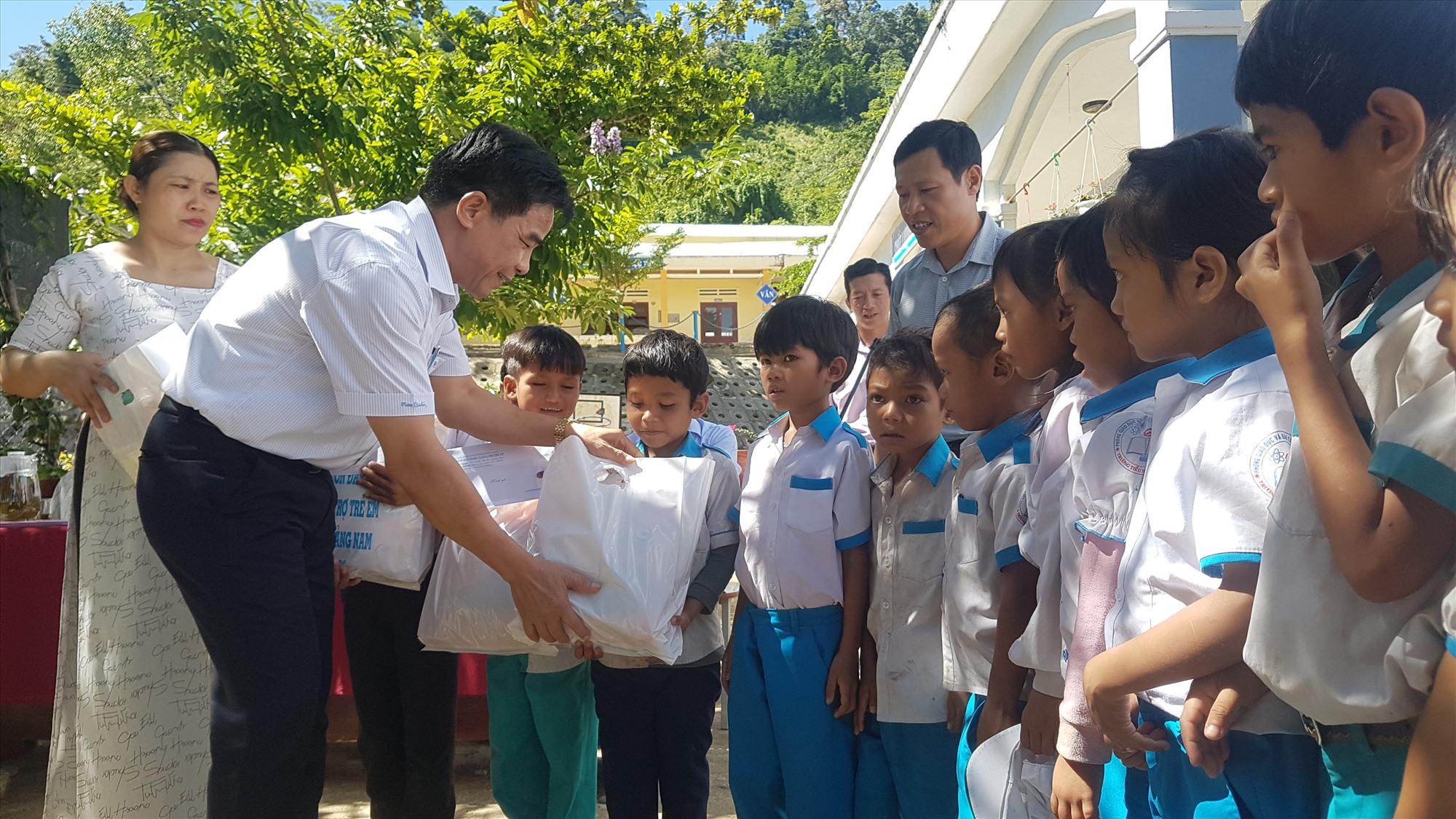 Phó Bí thư Thường trực Tỉnh ủy Lê Văn Dũng thăm, tặng quà trẻ em xã Trà Don (Nam Trà My). Ảnh: D.L