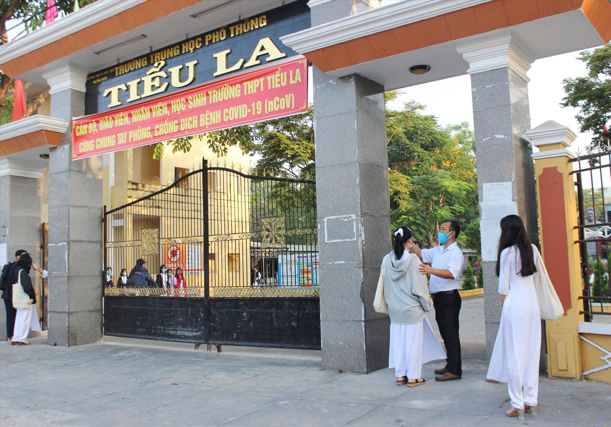 Kiểm tra thân nhiệt cho học sinh tại trường THPT Tiểu La. Ảnh: THANH THẮNG