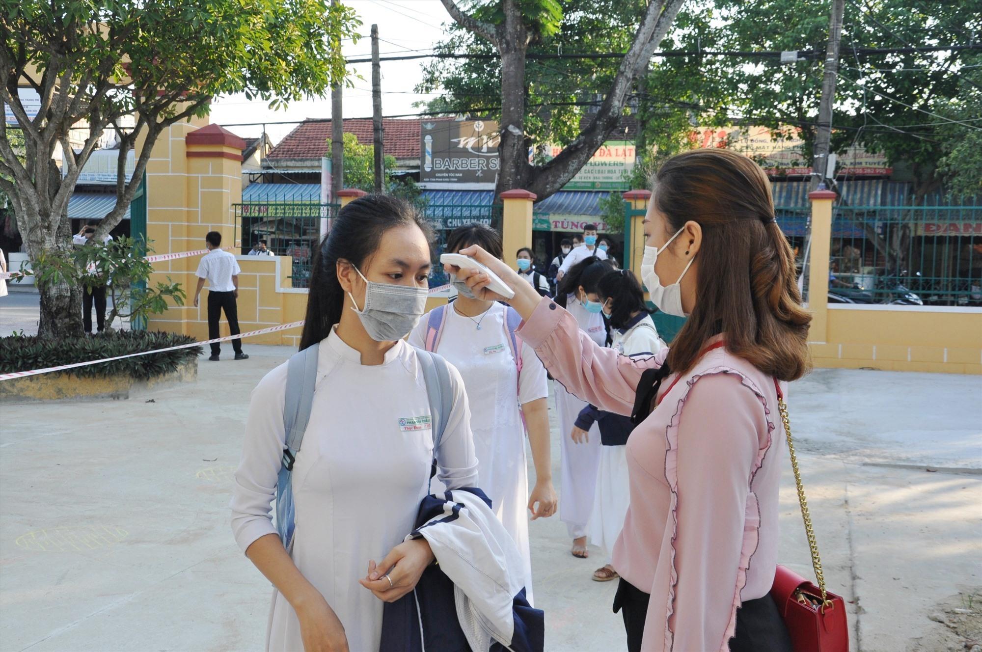Đo thân nhiệt tại Trường THPT Phan Bội Châu (Tam Kỳ). Ảnh: X.P