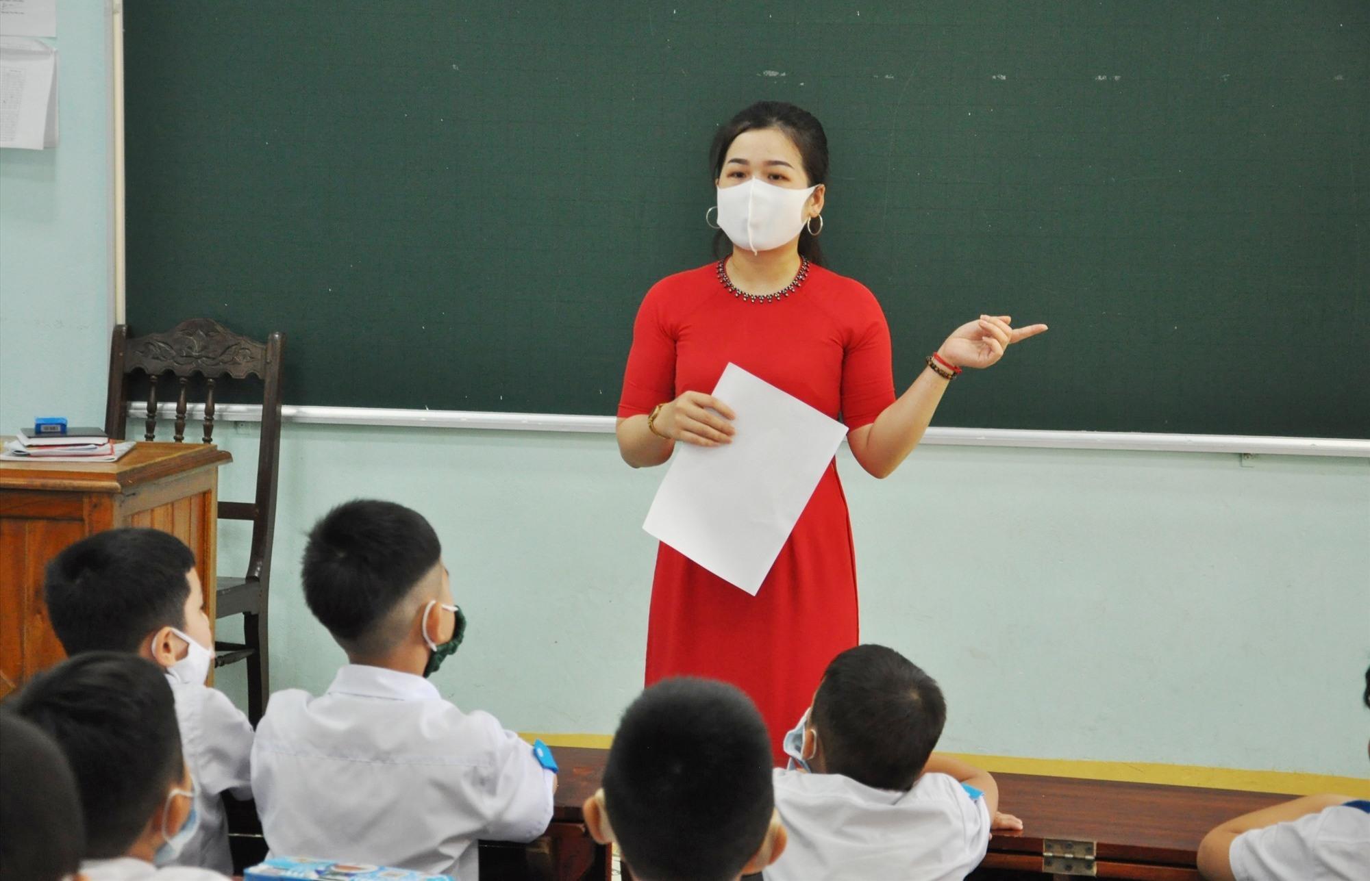 Giáo viên dành thời gian đầu buổi học để hướng dẫn cách phòng tránh dịch cho HS. Ảnh: X.P