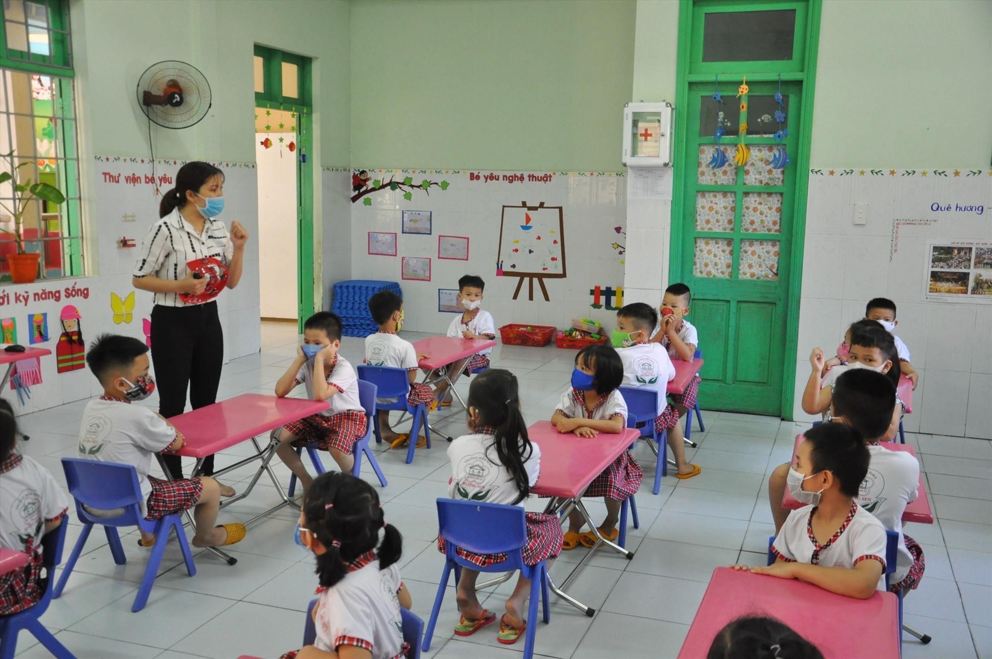 Trường Mẫu giáo Hương Sen cho trẻ ngồi học giãn cách. Ảnh: X.P