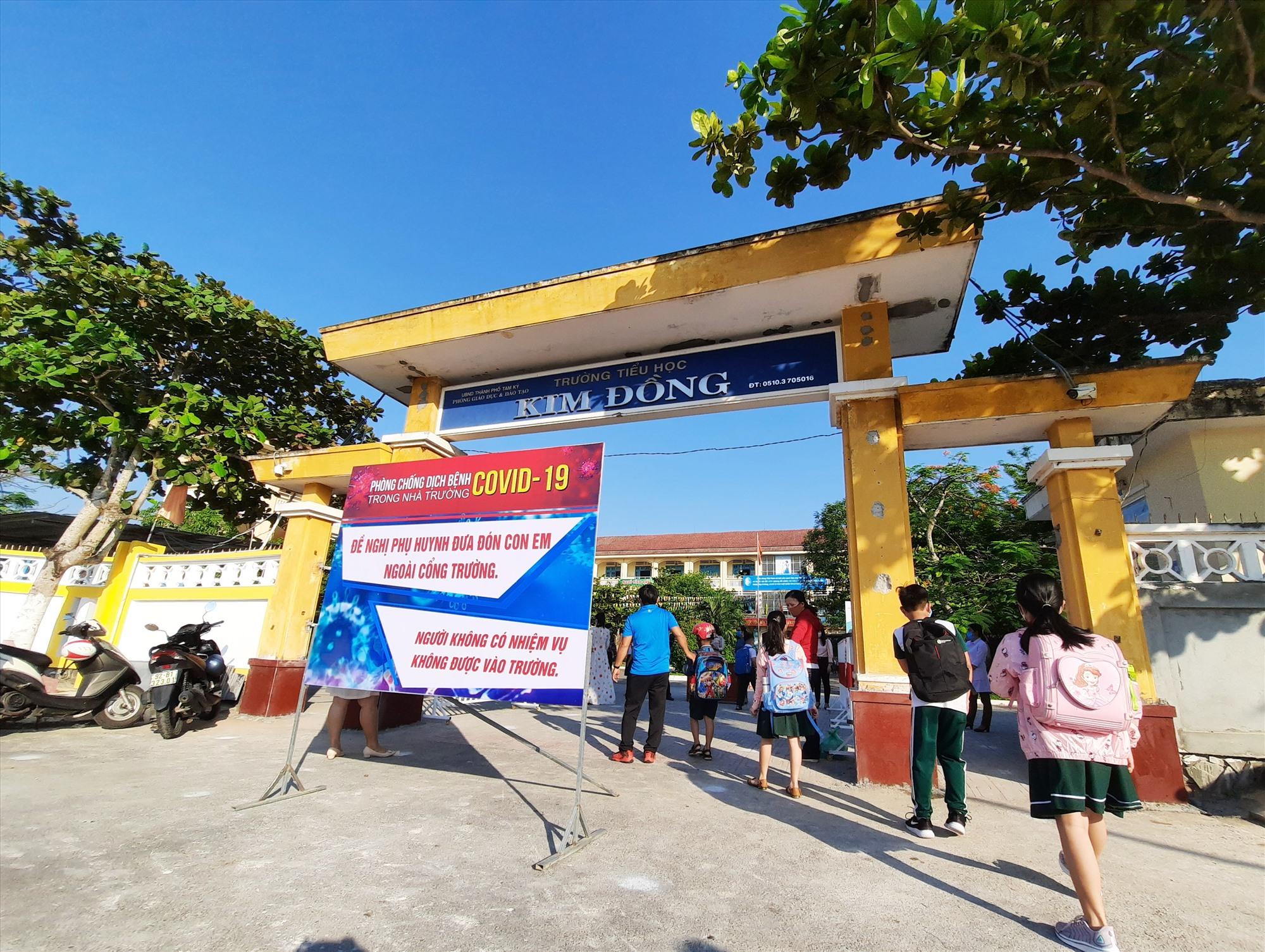 Trường Tiểu học Kim Đồng đặt pano tuyên truyền, nhắc nhở phụ huynh đảm bảo công tác phòng chống dịch. Ảnh: ĐẠO QUÂN