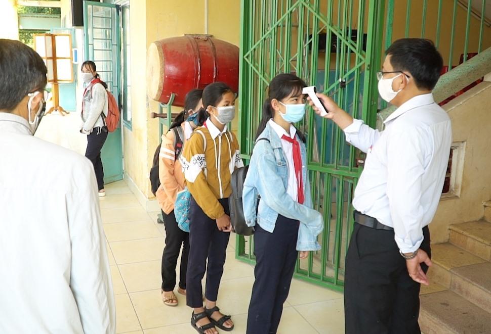 Nhiều học sinh có thân nhiệt trên 37 0 5 phải thực hiện đo lại đến 3 lần.