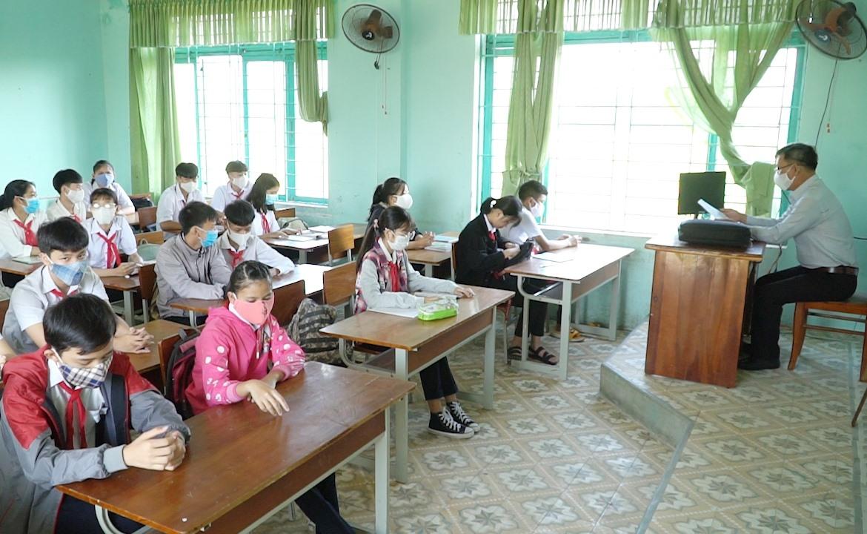 Việc giữ khoảng cách 2m không thể thực hiện được trong lớp học.
