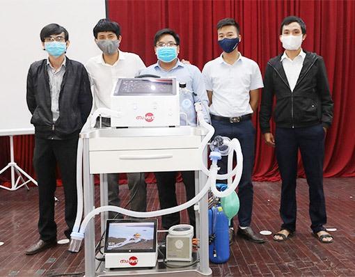 Nhóm nghiên cứu phát triển sản phẩm DTU-VENT Ver2.0. Ảnh: N.T.B