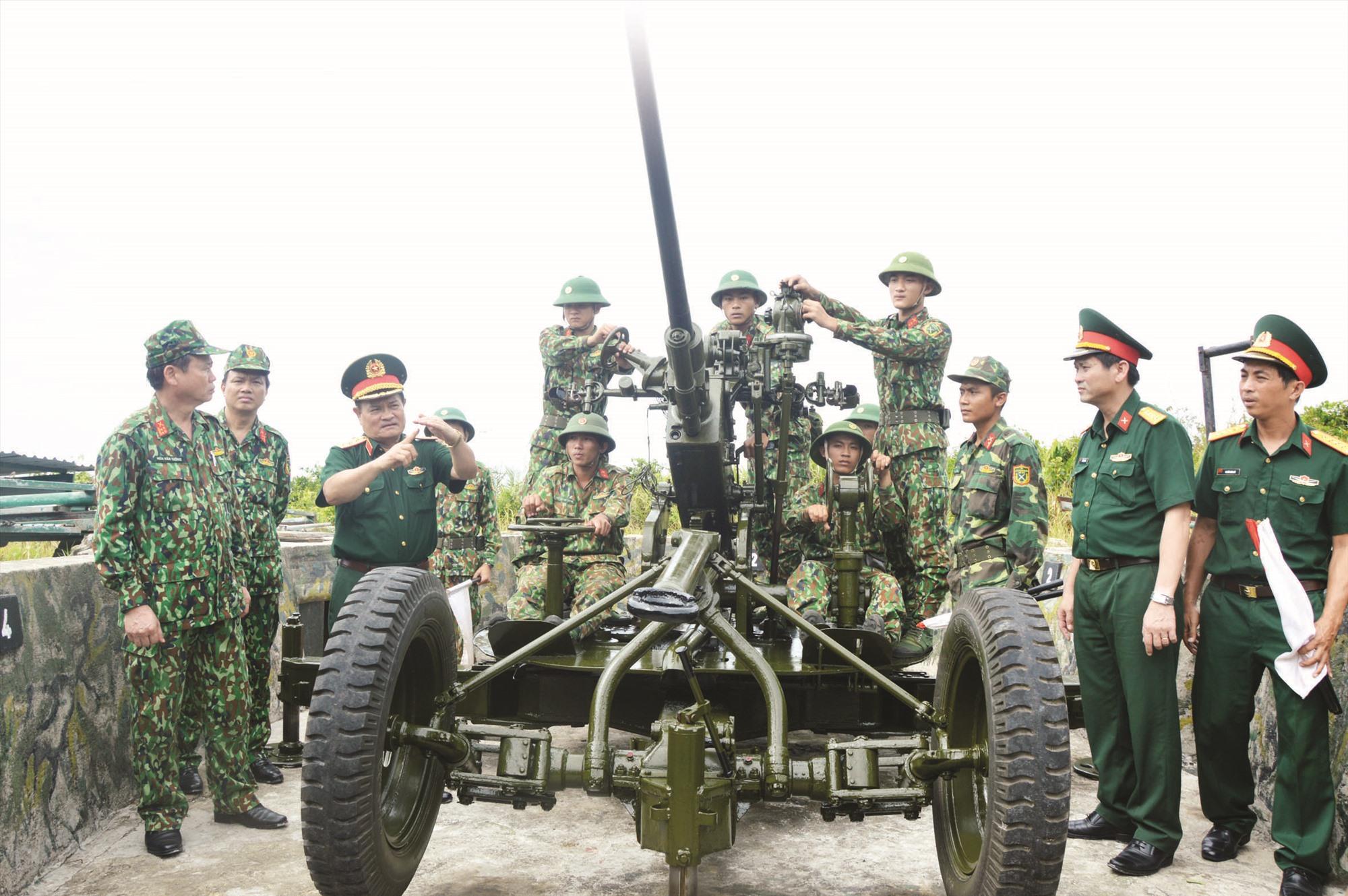 Kiểm tra trận địa pháo PK37 tại Tiểu đoàn 70. Ảnh: TRẦN THÔNG