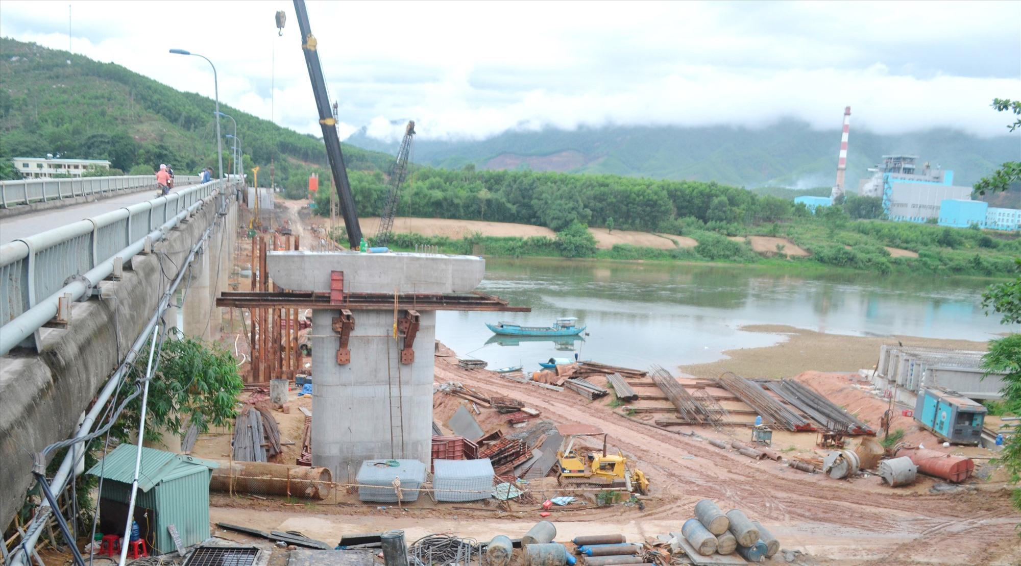 Trên công trường thi công xây dựng cầu Nông Sơn. Ảnh: C.T