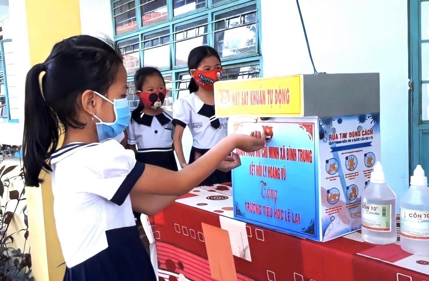 Máy rửa tay sát khuẩn tự động do anh Thủ chế tạo tặng cho trường học sử dụng. Ảnh: P.V