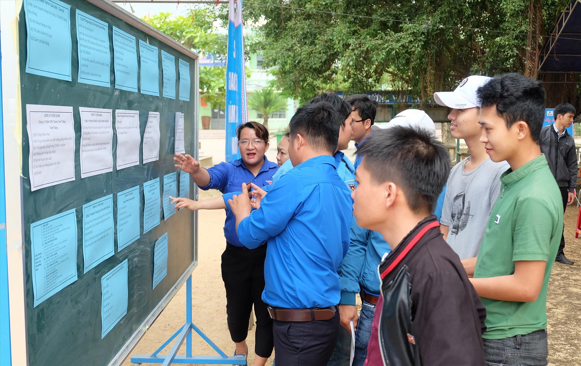 Một sàn giao dịch việc làm tại huyện Quế Sơn. Ảnh: A.B
