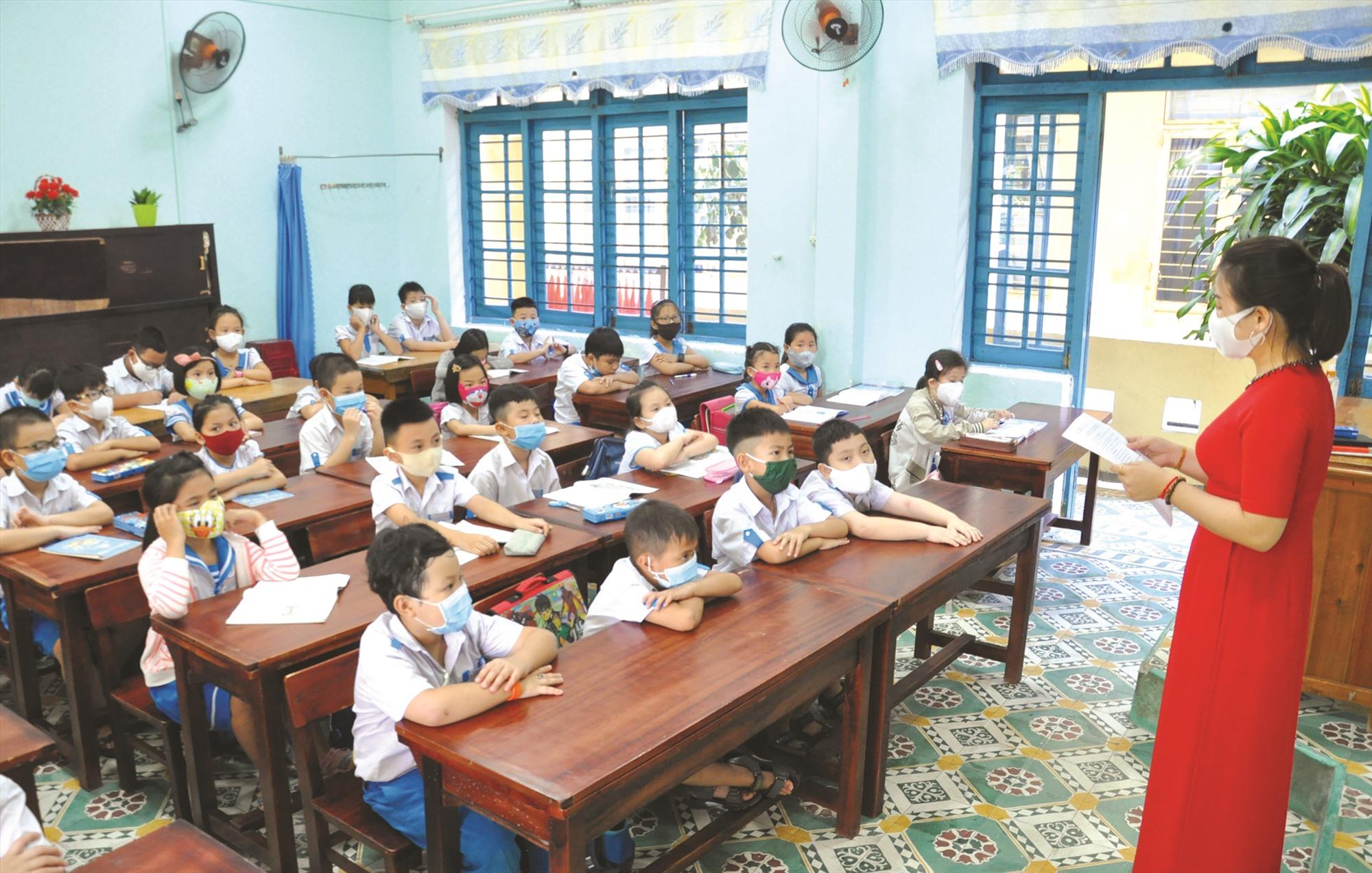 Học sinh nghiêm túc thực hiện đeo khẩu trang khi đi học trong ngày 4.5. Ảnh: X.P