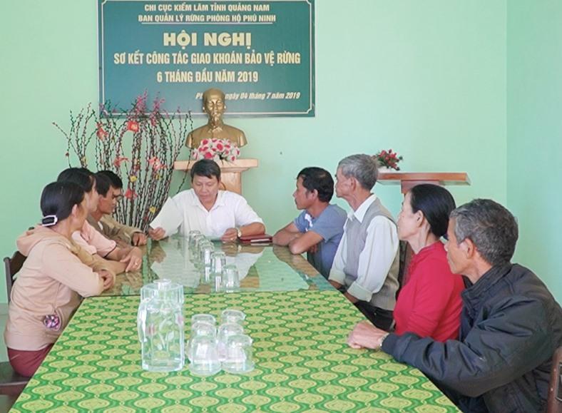 BQL rừng phòng hộ Phú Ninh làm việc với các hộ dân lấn chiếm đất rừng phòng hộ, yêu cầu họ cam kết trả đất cho Nhà nước. Ảnh: PHAN VINH