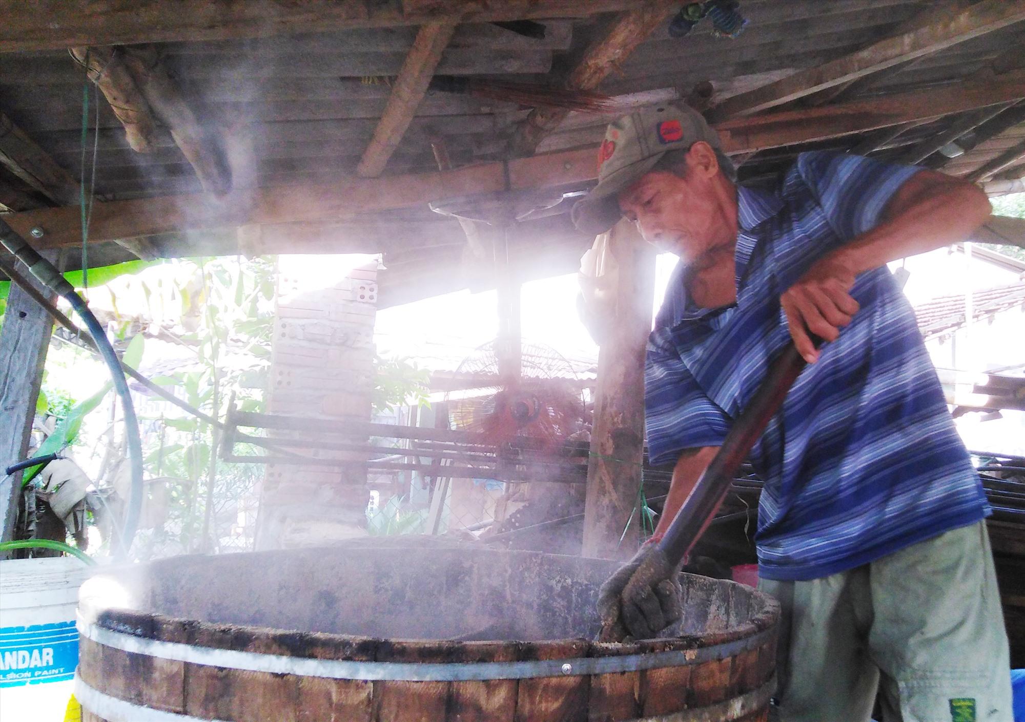 Khi bột đậu đã được hấp chín, ông Thành sẽ xới lên, cho vào khuôn ép lại thành bánh. Ảnh: TT