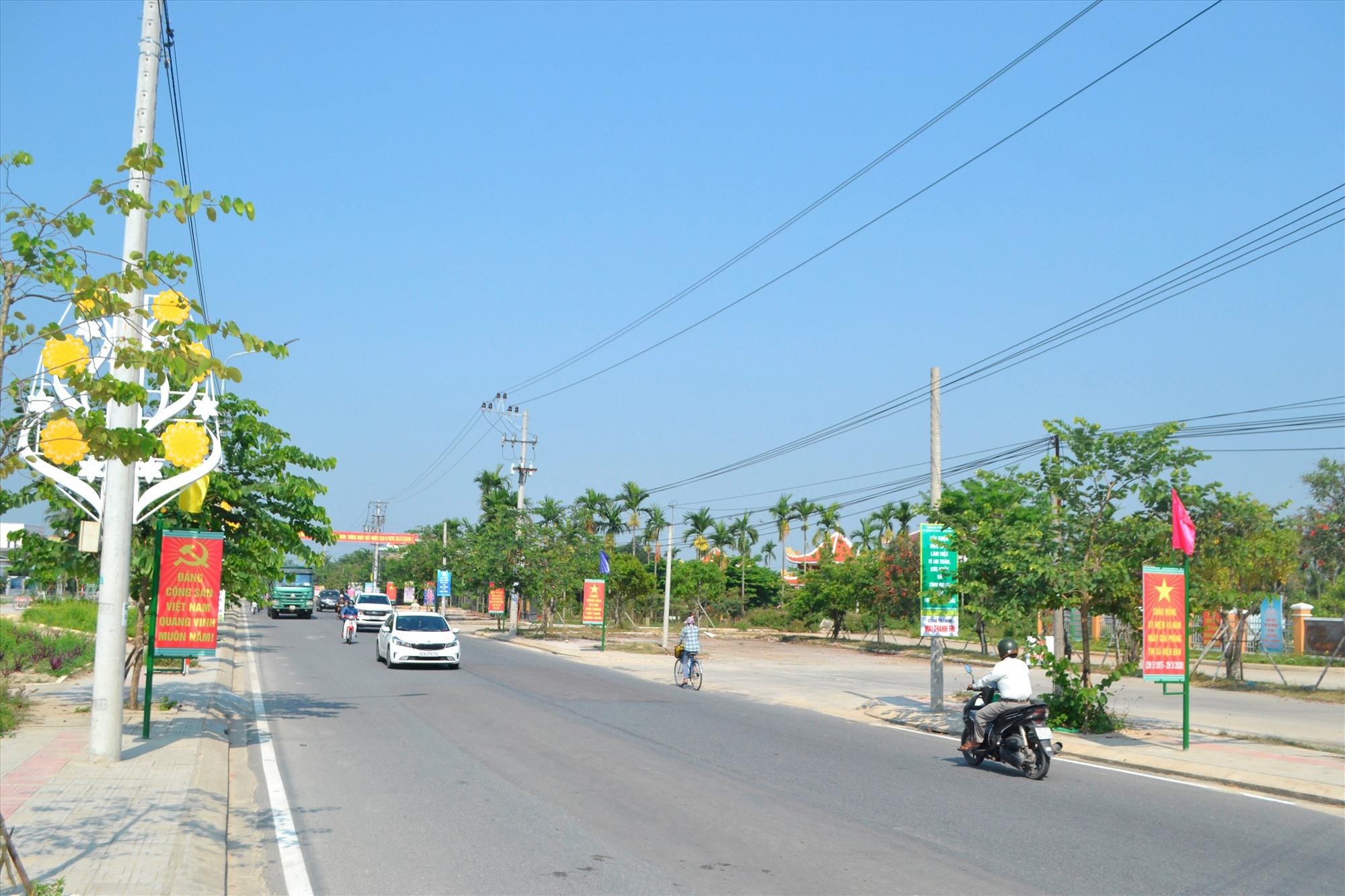 Tuyến đường ĐT609 được nâng cấp, mở rộng kết nối thông suốt khu vực trung tâm thị xã với một số xã vùng tây Điện Bàn. Ảnh: C.T