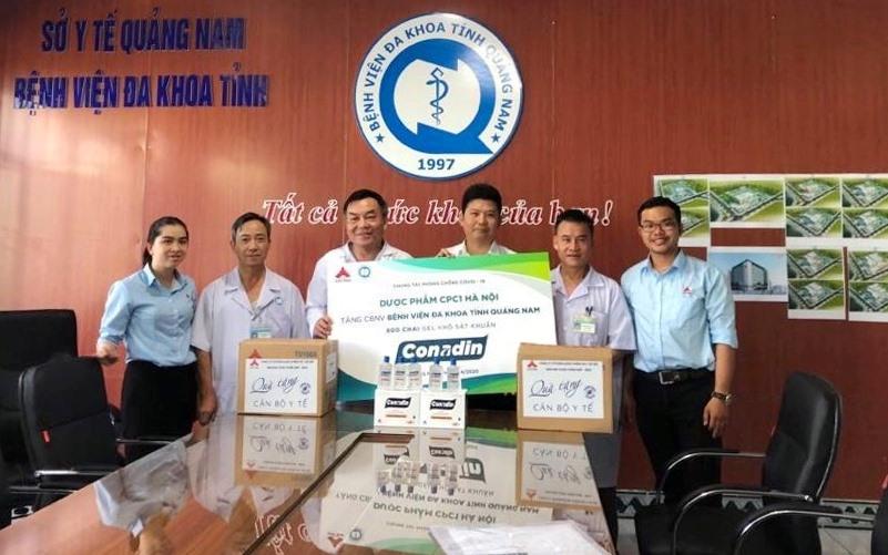 Bệnh viện Đa khoa Quảng Nam tiếp nhận 800 chai gel khô sát khuẩn từ sự tài trợ của Công ty Dược phẩm CPC1 Hà Nội. Ảnh: L.T.