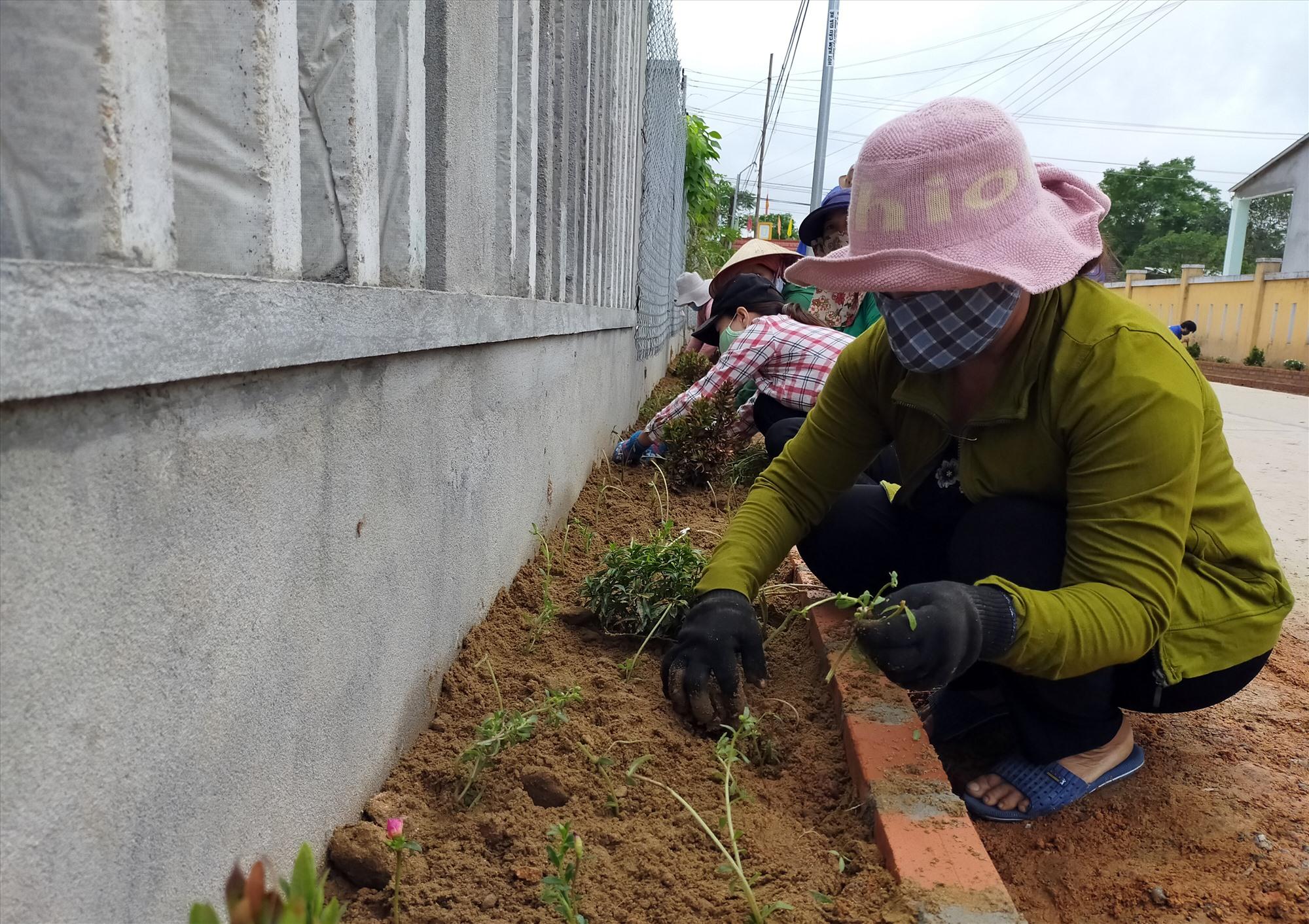 Ban nhân dân thôn An Hòa tổ chức trồng hoa trên tuyến đường thôn. Ảnh: T.CHÂU