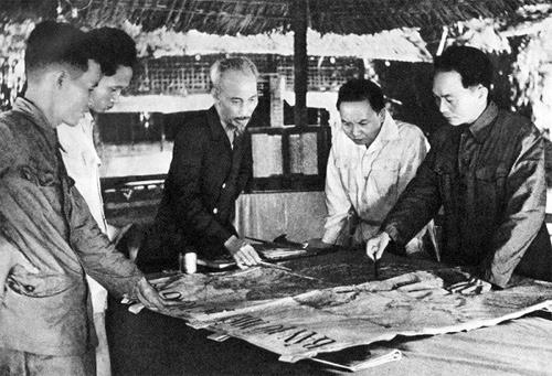 Tại căn cứ Việt Bắc, Chủ tịch Hồ Chí Minh, Đại tướng Võ Nguyên Giáp và lãnh đạo Đảng quyết định mở chiến dịch Điện Biên Phủ vào năm 1953 (ảnh tư liệu).