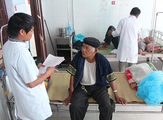 Chính đội ngũ này hỗ trợ khá lớn, giảm áp lực người bệnh lên y tế tuyến trên.Ảnh: HIỀN LÂM