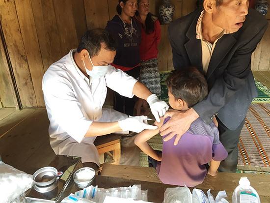 Đội ngũ y tế thôn bản là cánh tay đắc lực cho ngành y tế. Ảnh: HIỀN LÂM