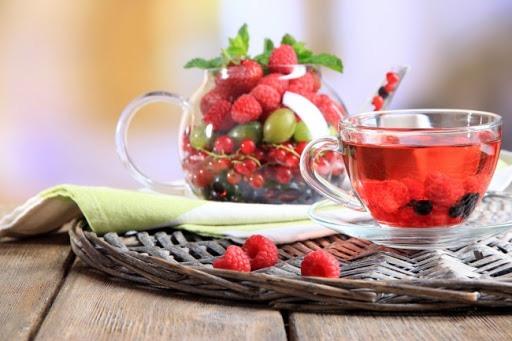Một bữa ăn nhẹ với quả mọng, táo, chút trà hay rượu vang... rất tốt cho sức khỏe của người lớn tuổi - ảnh minh họa từ Internet