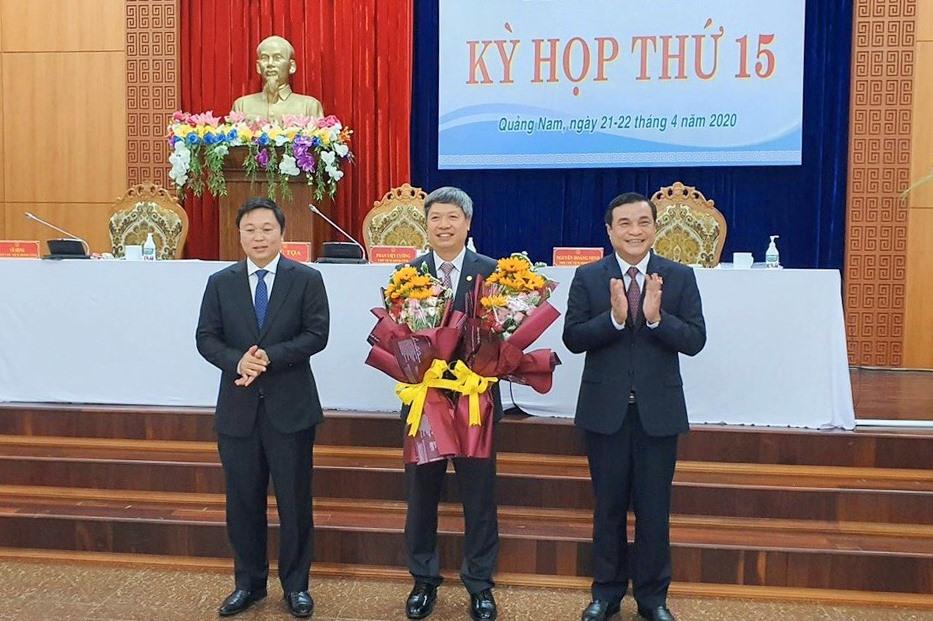 Lãnh đạo tỉnh tặng hoa chúc mừng ông Hồ Quang Bửu. Ảnh: quangnam.gov.vn
