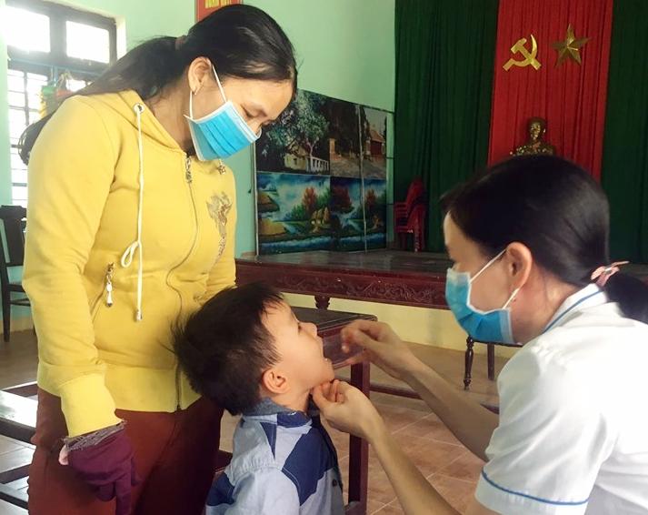 Trẻ uống vitamin A tại Trạm Y tế xã Tam Hiệp (Núi Thành). Ảnh: A.M