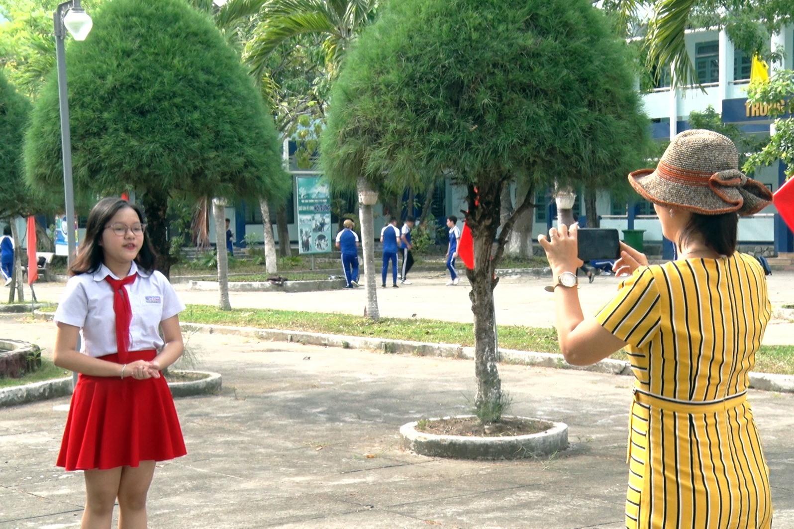Cô và trò Trường THCS Lý Tự Trọng thực hiện clip dự thi kể chuyện về Bác Hồ . Ảnh: Q.S