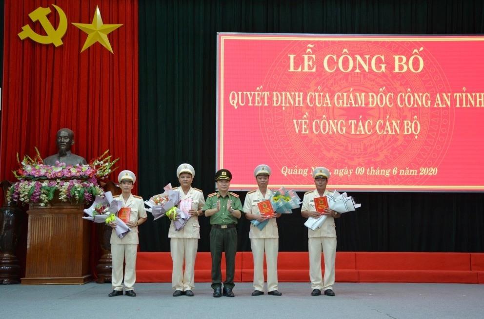 Thiếu tướng Nguyễn Đức Dũng trao quyết định cho các đồng chí được bổ nhiệm.
