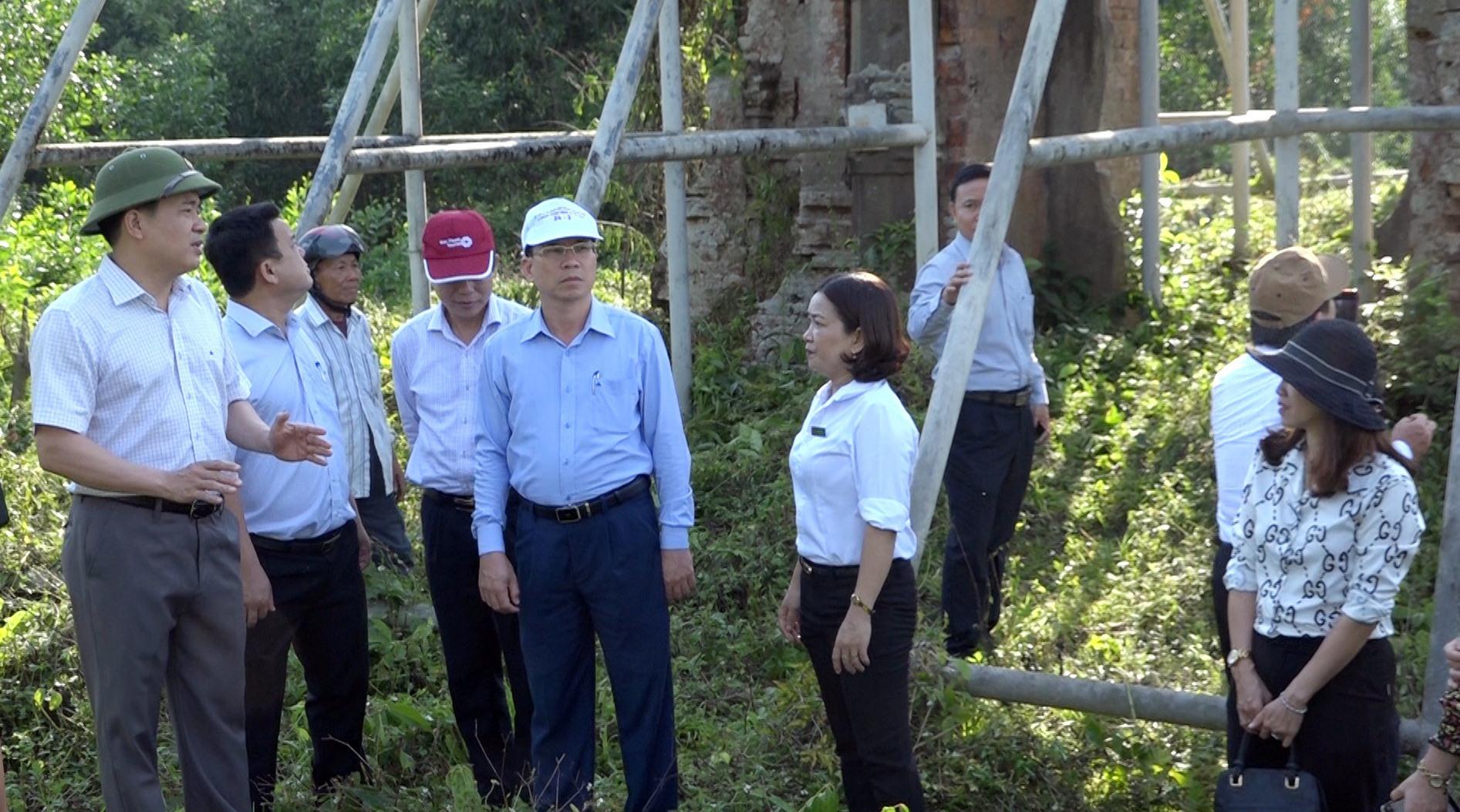 Phó Chủ tịch UBND tỉnh Trần Văn Tân yêu cầu phải khẩn trương thực hiện phương án chống đỡ cho tháp Sáng của Phật viện Đồng Dương. Ảnh: B.T