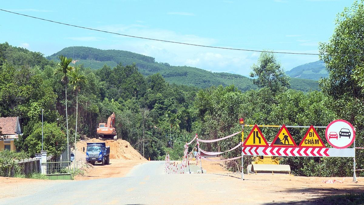 Quốc lộ 40B đoạn qua thị trấn Tiên Kỳ, Tiên Phước đang được thi công, mở rộng. Ảnh: T.B
