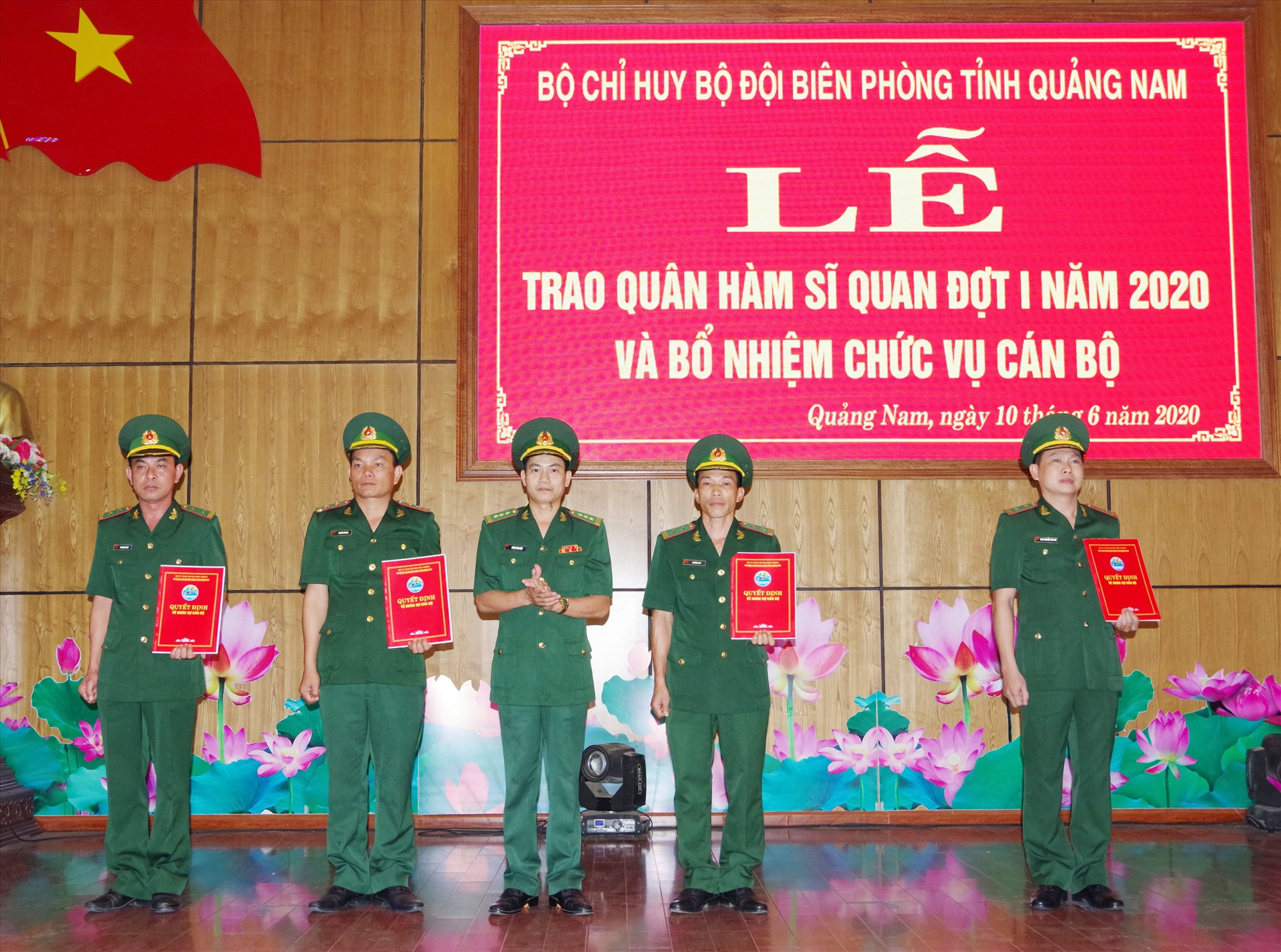 Thượng tá Hoàng Văn Mẫn, Chính ủy BĐBP tỉnh trao quyết định cho cán bộ sĩ quan cấp trung tá. Ảnh: HỒNG ANH