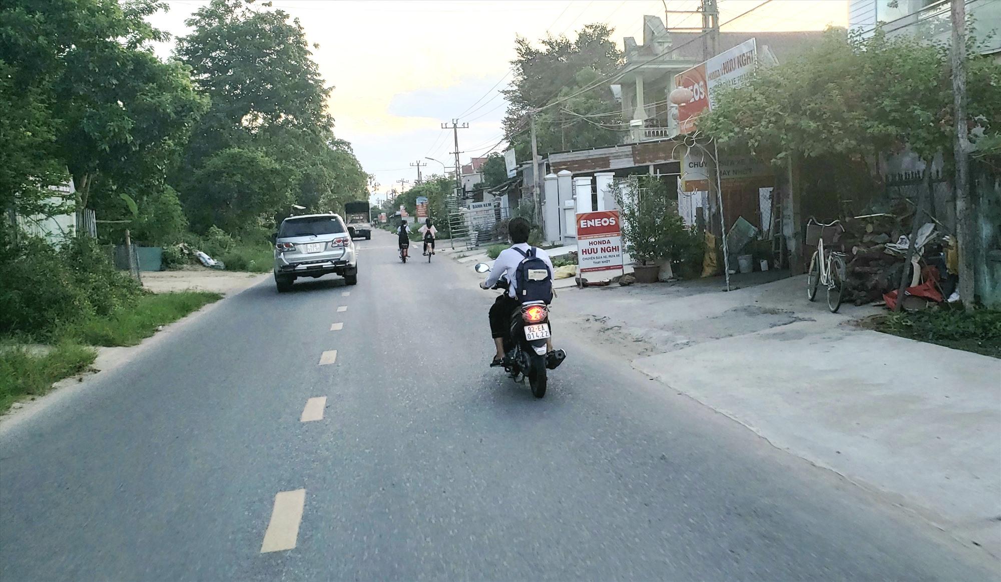 Học sinh một trường ở Đại Lộc tham gia giao thông không đội mũ bảo hiểm. Ảnh: HOÀI AN