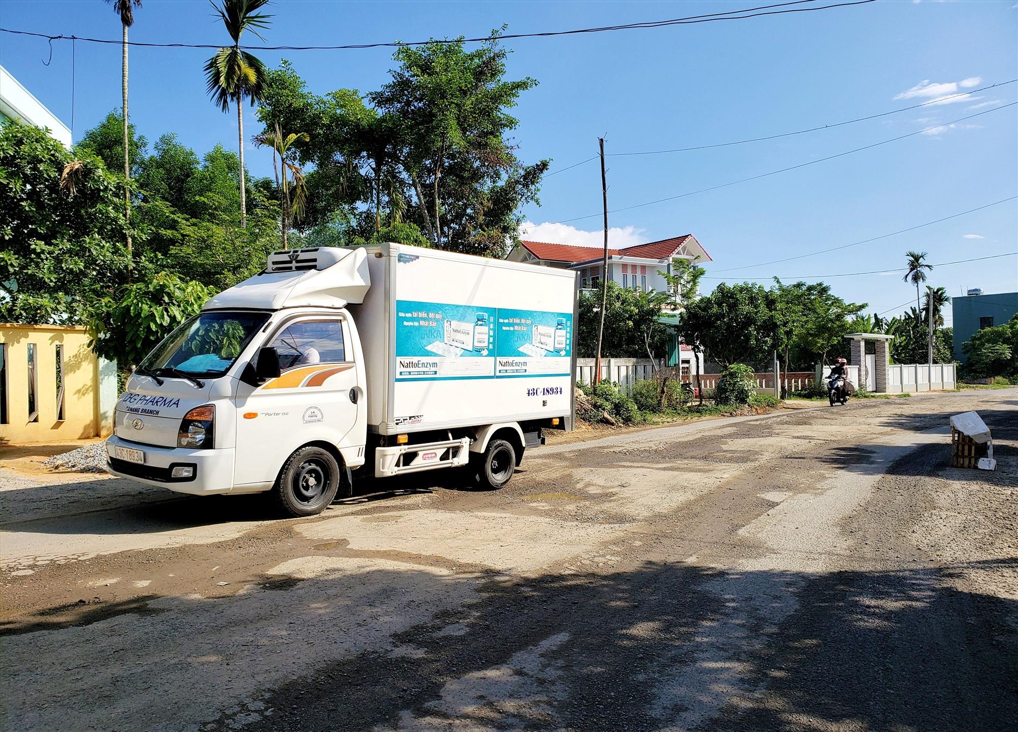 Tuyến đường từ trung tâm huyện Phú Ninh đi xã Tiên Phong (Tiên Phước), đoạn qua địa bàn thị trấn Phú Thịnh bị hư hỏng nặng. Ảnh: HOÀI AN