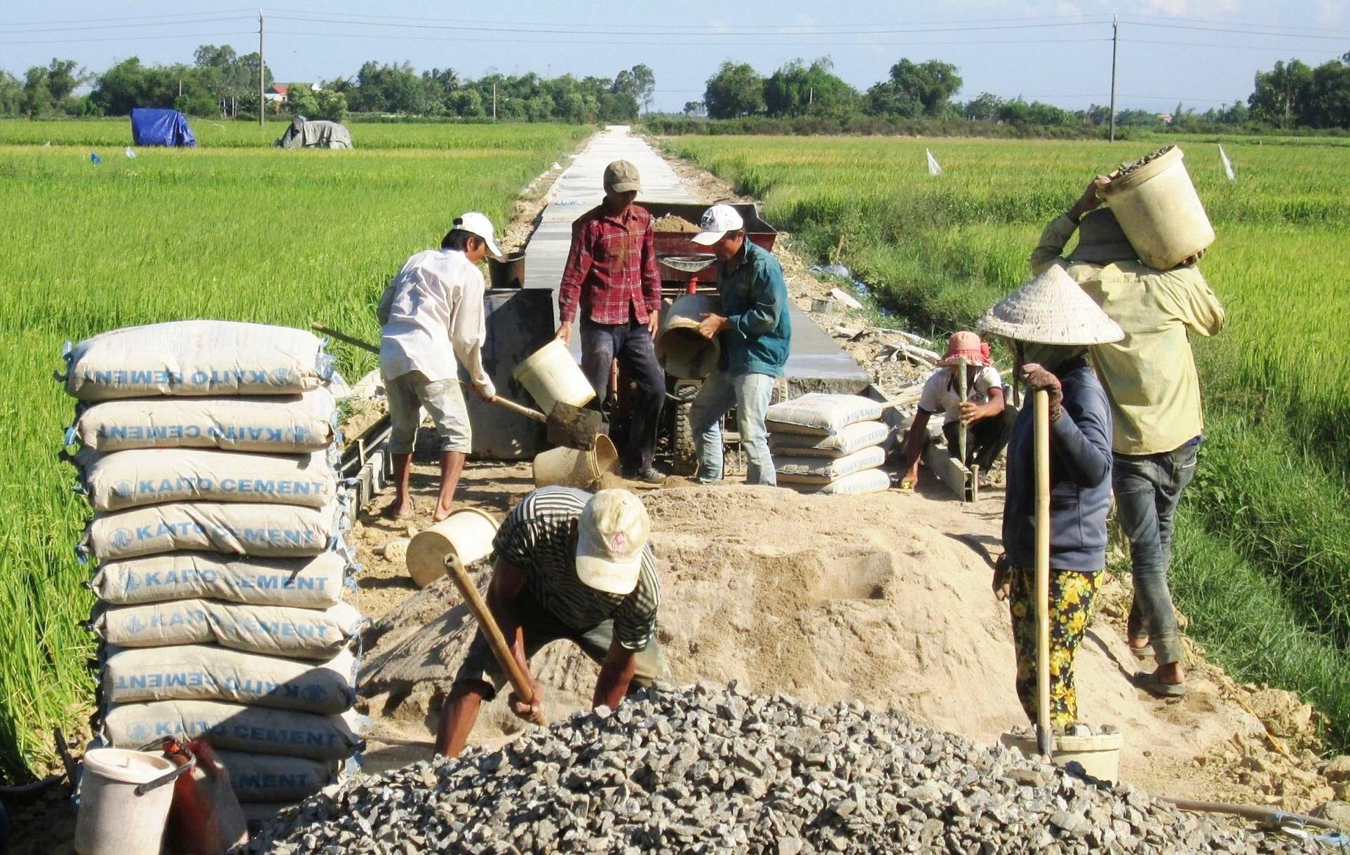 Những năm qua, nhân dân trên địa bàn tỉnh tích cực tham gia xây dựng kết cấu hạ tầng nông thôn. Ảnh: VĂN SỰ